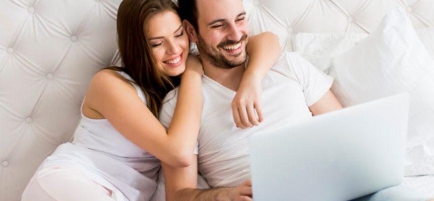 Un couple et un ordinateur