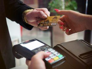 Personne qui paye par carte bancaire