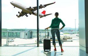 Femme à l'aéroport