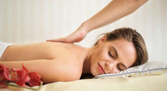 Une femme entrain de se faire masser